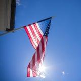 Bandiera americana su cielo blu con il sole Immagini Stock Libere da Diritti