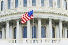 Bandiera americana sui precedenti del Campidoglio immagine stock libera da diritti