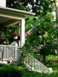 Bandiera americana sul portico Fotografie Stock Libere da Diritti