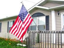 Bandiera americana sul portico di fronte Immagini Stock