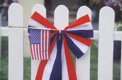 Bandiera americana sulla chiusura bianca, parata di festa dell'indipendenza, Cayucos, California Immagine Stock