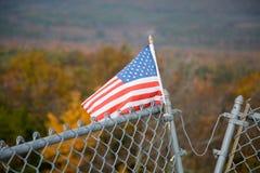 Bandiera americana sulla parte superiore e sul fogliame della montagna Fotografia Stock Libera da Diritti