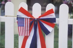 Bandiera americana sulla rete fissa di picchetto bianca Fotografie Stock