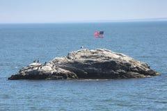 Bandiera americana sulla roccia del wigwam nella baia di Niantic, Connecticut Fotografia Stock Libera da Diritti