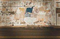 Bandiera americana sulla vecchia parete in città vuota abbandonata fotografia stock