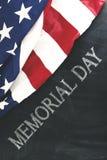 Bandiera americana vicino a scrittura del Giorno dei Caduti Immagine Stock Libera da Diritti