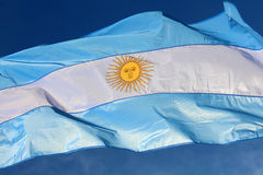 Bandiera argentina che ondeggia contro il cielo blu Immagini Stock