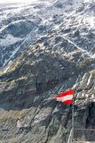 Bandiera austriaca sulla montagna ad area di Grossglockner in Austria Fotografia Stock Libera da Diritti
