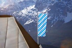 Bandiera bavarese nelle alpi tedesche Fotografia Stock Libera da Diritti