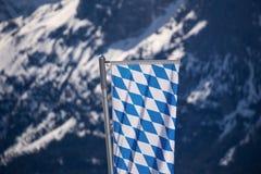 Bandiera bavarese nelle alpi tedesche Immagini Stock