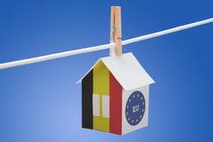 Bandiera belga dell'estremità UE sulla casa di carta Immagine Stock