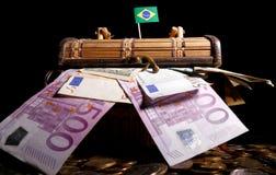 Bandiera brasiliana sopra la cassa in pieno immagine stock