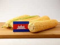 Bandiera cambogiana su un pannello di legno con cereale isolato su una b bianca Fotografia Stock