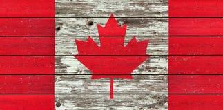 Bandiera canadese su un fondo di legno rustico stagionato immagini stock libere da diritti