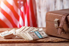 Bandiera, caso e dollari degli Stati Uniti fotografia stock