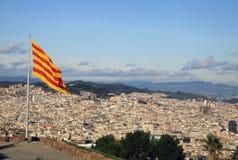 Bandiera catalana che fluttua nel vento nel castello di Montjuic a Barcellona Immagini Stock Libere da Diritti
