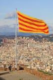 Bandiera catalana che fluttua nel vento nel castello di Montjuic a BARCELLONA, CATALOGNA, SPAGNA Fotografia Stock