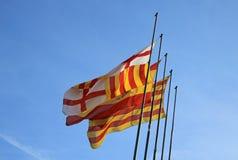 Bandiera catalana e bandiera di Barcellona che fluttuano nel vento Fotografia Stock