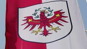 Bandiera con la stemma del Tirolo che ondeggia in vento, stato dell'Austria stock footage