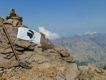 Bandiera corsa sulla roccia immagine stock