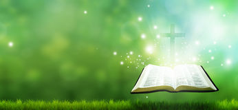 Bandiera cristiana con la bibbia e la traversa Immagini Stock Libere da Diritti