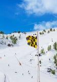Bandiera d'avvertimento di rischio medio della valanga fotografie stock libere da diritti