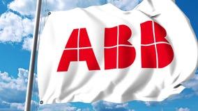 Bandiera d'ondeggiamento con il logo di ASEA Brown Boveri ABB contro le nuvole ed il cielo animazione dell'editoriale 4K illustrazione di stock