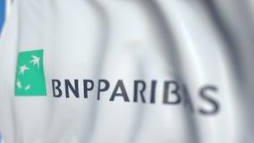 Bandiera d'ondeggiamento con il logo di BNP Paribas, primo piano Animazione loopable editoriale 3D stock footage