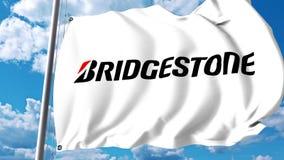 Bandiera d'ondeggiamento con il logo di Bridgestone contro le nuvole ed il cielo animazione dell'editoriale 4K illustrazione di stock