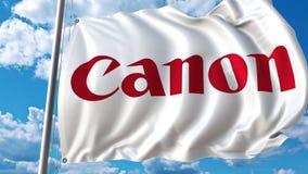 Bandiera d'ondeggiamento con il logo di Canon contro le nuvole commoventi animazione dell'editoriale 4K archivi video