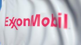Bandiera d'ondeggiamento con il logo di Exxon Mobil Corporation, primo piano Animazione loopable editoriale 3D video d archivio