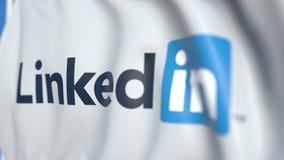 Bandiera d'ondeggiamento con il logo di LinkedIn Corporation, primo piano Animazione loopable editoriale 3D archivi video