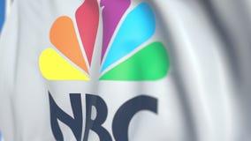 Bandiera d'ondeggiamento con il logo di NBC di National Broadcasting Company, primo piano Animazione loopable editoriale 3D royalty illustrazione gratis