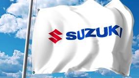Bandiera d'ondeggiamento con il logo di Suzuki Motor contro le nuvole ed il cielo Rappresentazione editoriale 3D Fotografie Stock