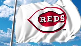 Bandiera d'ondeggiamento con il logo professionale del gruppo di Cincinnati Reds Rappresentazione editoriale 3D Fotografia Stock