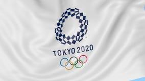 Bandiera d'ondeggiamento con un logo di 2020 Olympics di estate contro fondo blu 4K animazione editoriale, ciclo senza cuciture illustrazione di stock