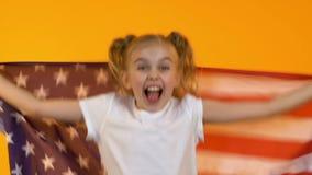 Bandiera d'ondeggiamento del bambino felice del fan di U.S.A., incoraggiante per il gruppo di sport nazionale, supporto stock footage