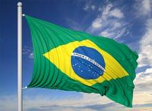 Bandiera d'ondeggiamento del Brasile sull'asta della bandiera Fotografia Stock