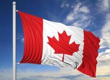 Bandiera d'ondeggiamento del Canada sull'asta della bandiera Fotografie Stock Libere da Diritti
