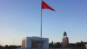 Bandiera d'ondeggiamento del Kirghizistan archivi video