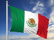 Bandiera d'ondeggiamento del Messico sull'asta della bandiera Fotografie Stock Libere da Diritti