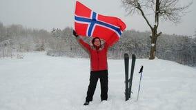 Bandiera d'ondeggiamento del tifoso felice dell'uomo della Norvegia all'aperto stock footage