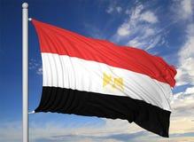Bandiera d'ondeggiamento dell'Egitto sull'asta della bandiera Fotografie Stock