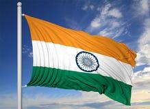 Bandiera d'ondeggiamento dell'India sull'asta della bandiera Fotografia Stock Libera da Diritti