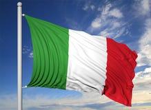Bandiera d'ondeggiamento dell'Italia sull'asta della bandiera Immagine Stock Libera da Diritti