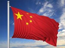 Bandiera d'ondeggiamento della Cina sull'asta della bandiera Fotografie Stock