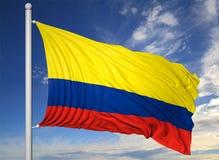 Bandiera d'ondeggiamento della Colombia sull'asta della bandiera Fotografia Stock