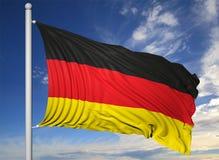 Bandiera d'ondeggiamento della Germania sull'asta della bandiera Fotografia Stock Libera da Diritti