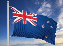 Bandiera d'ondeggiamento della Nuova Zelanda sull'asta della bandiera Immagini Stock