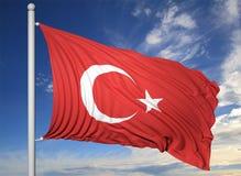 Bandiera d'ondeggiamento della Turchia sull'asta della bandiera Fotografia Stock